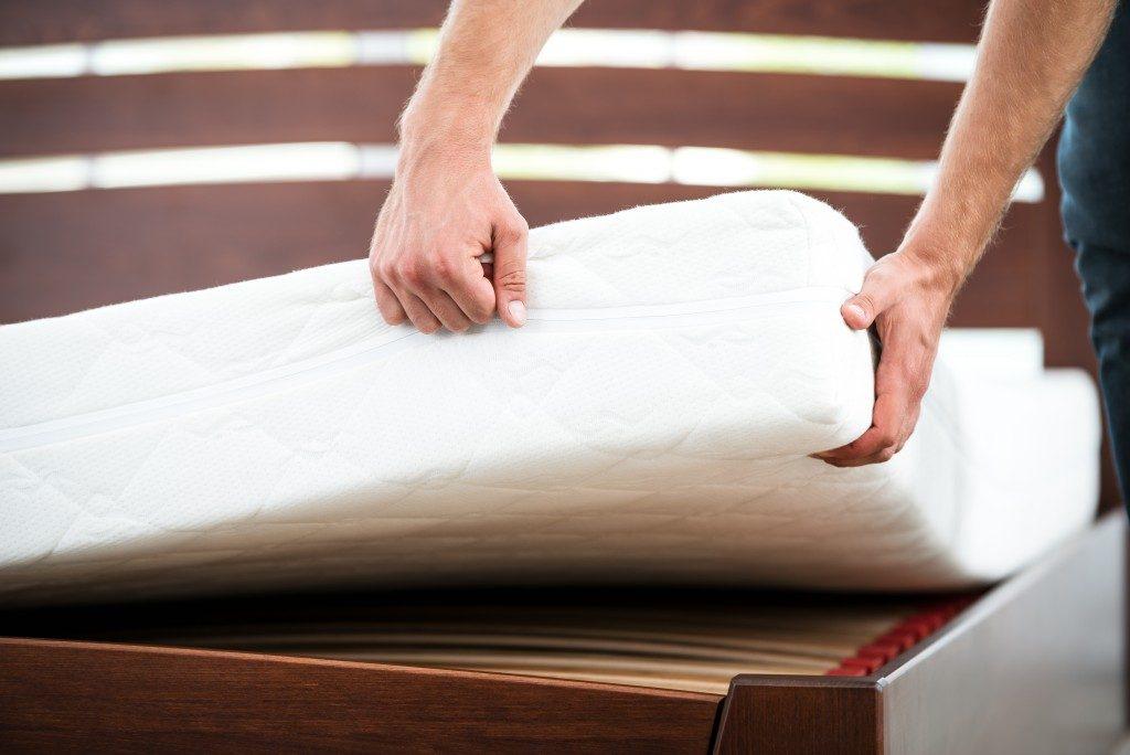 Man lifting the mattress