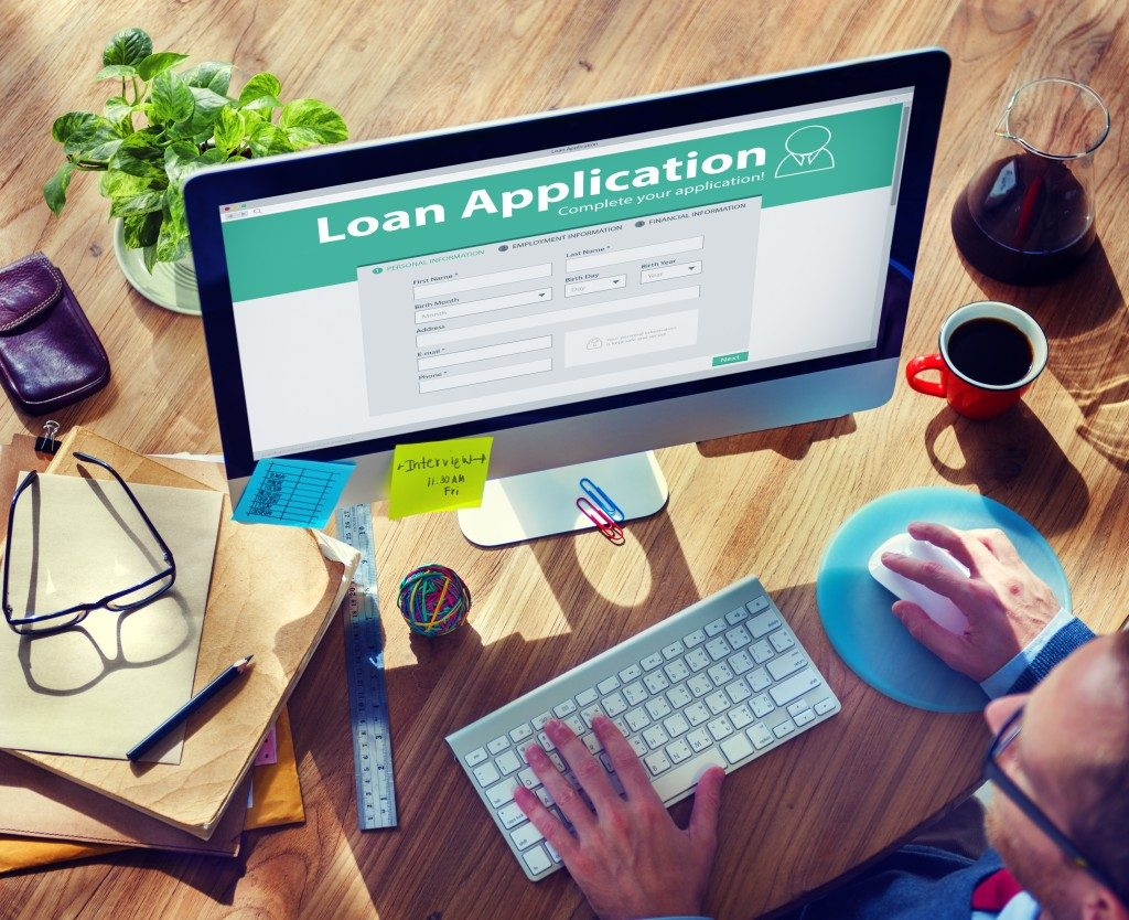 Man applying for a loan online