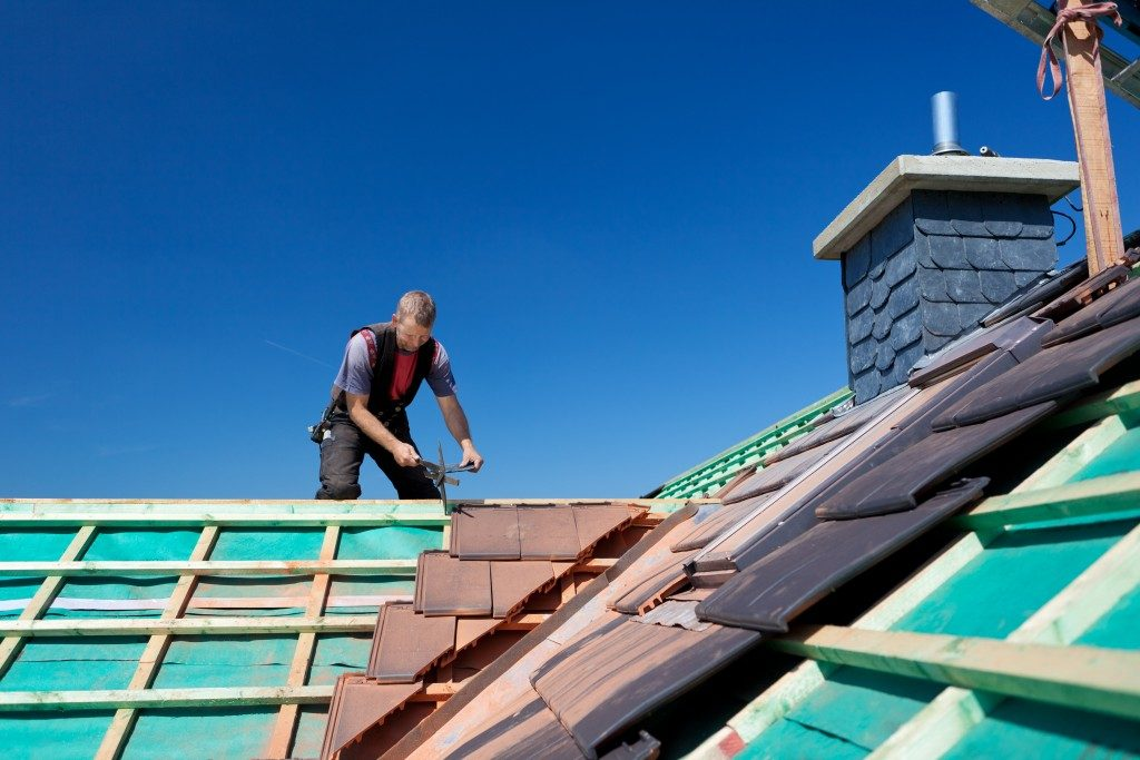 roofer attaching beams