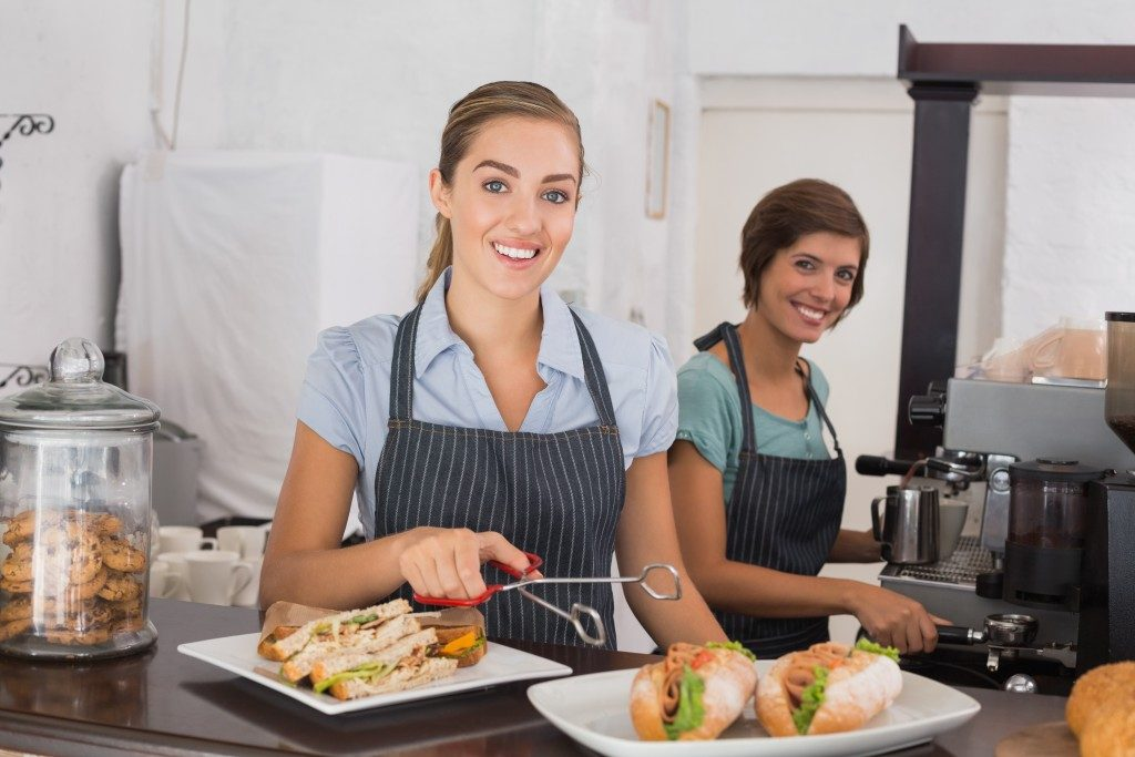 2 women working in a cafe