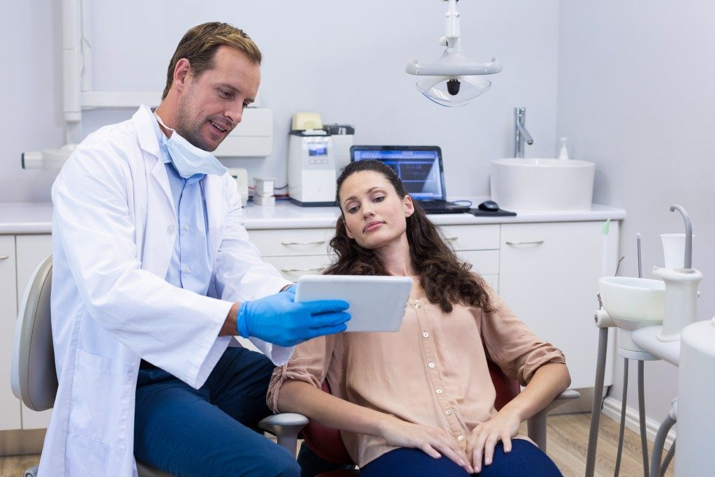 dentist showing patient diagnosis